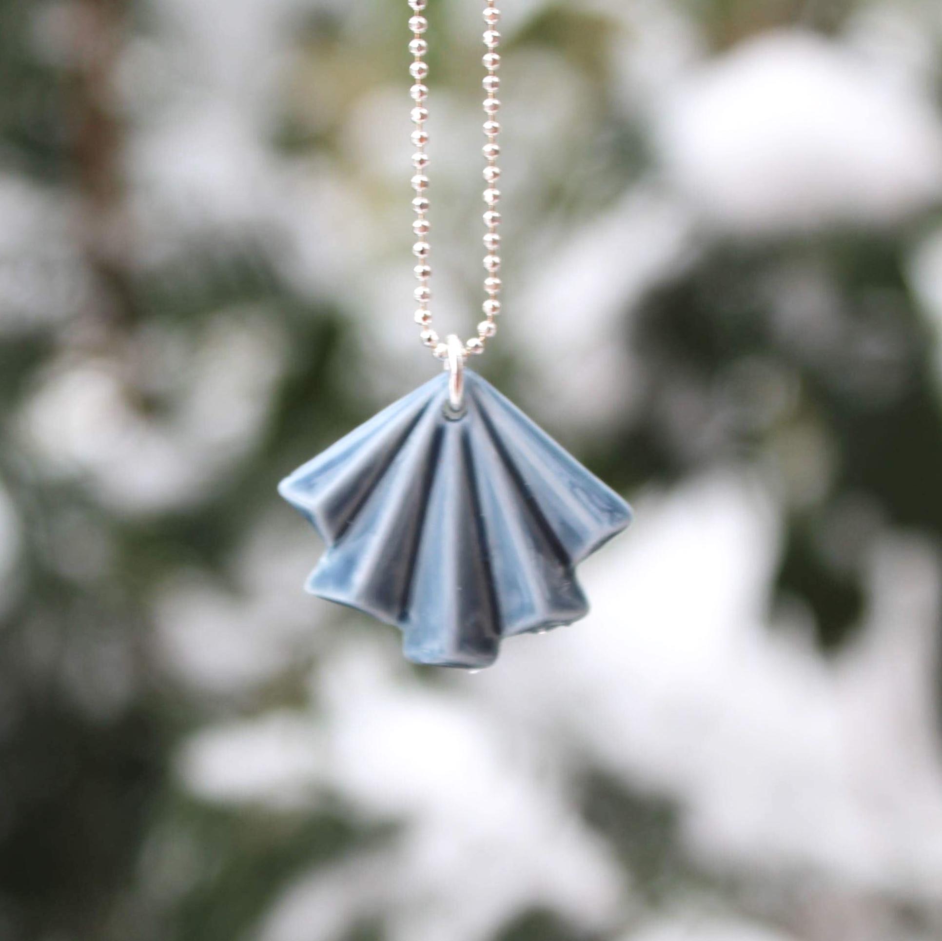 PO. 8 i grå, med sølv kæde